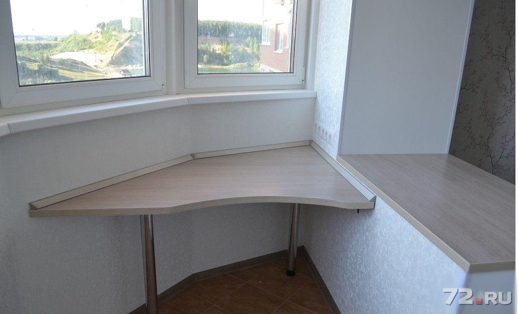 Стол письменный на балконе.